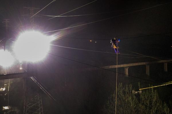 高铁维修|安徽铜陵:彻夜鏖战 改造跨高铁供电线路