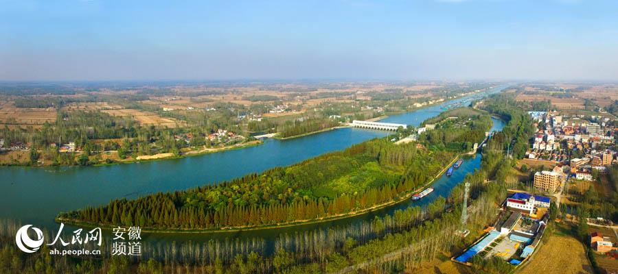 開闊河岸郁郁蔥蔥,綠水悠悠筆直東流,流經安徽利辛31.5公裡的茨淮新河,是新中國成立后開挖的著名人工河,2018年以來,經過利辛縣綜合整治,這裡不但恢復了優美生態,也做好了迎接區域發展戰略使命的准備作為引江濟淮工程江水北送的清水廊道,向周邊地市輸送水源,改變皖北平原水資源匱乏的現狀。 安徽北部沃野千裡,是全國重要糧食生產基地,但也存在水資源不足的區域通病。其實,皖北水域條件比較優越,利辛縣就擁有三橫八縱河網水系。如何讓水活起來、好起來,進而把水用起來?面對難題,近年來,作為全國水生態文明城市