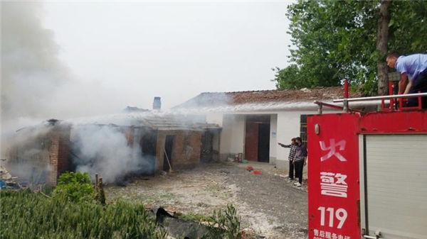 亳州利辛: 大爷瘫痪在床房屋着火 民警快速出警化险为夷