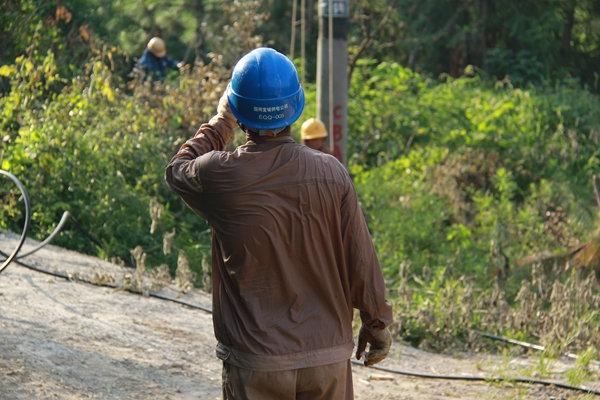 安徽宣城:冒高温改造电力线路