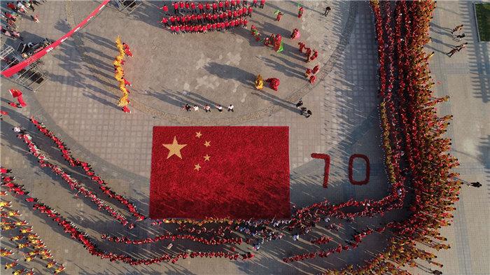 安徽长丰:1000斤红辣椒摆出国旗图案庆丰收