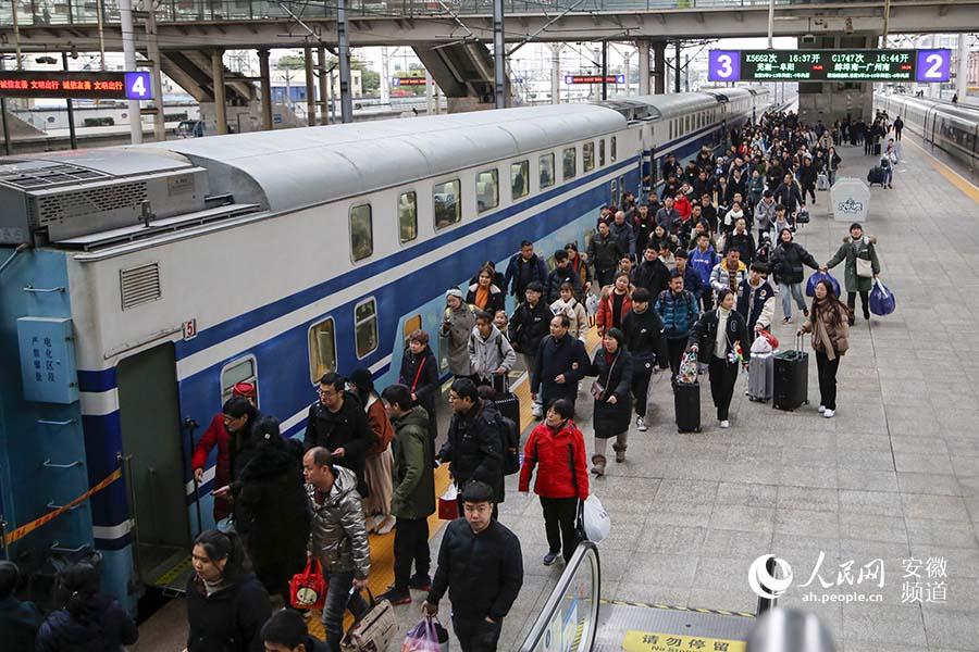 K5662次列车在合肥站准备上车的旅客。合肥客运段供图