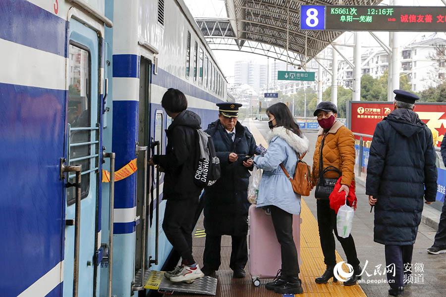 旅客上车。合肥客运段供图