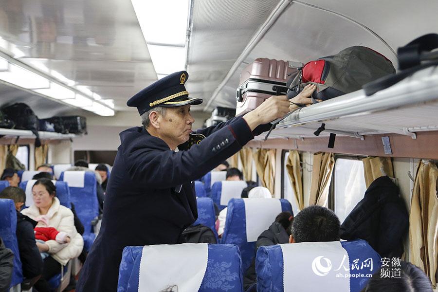 列车长巡视车厢并调整车内车容车貌。合肥客运段供图