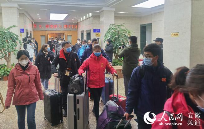 安徽省185名医护人员出发驰援湖